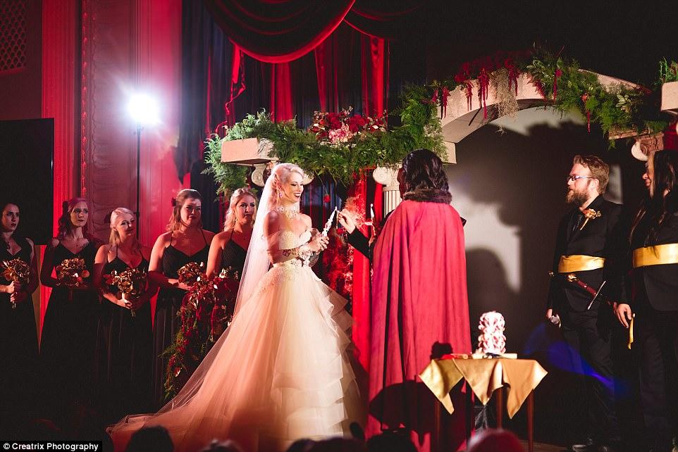 В качестве вдохновения для темы свадьбы пара использовала экранизации «Призрак оперы» и «Красавица и