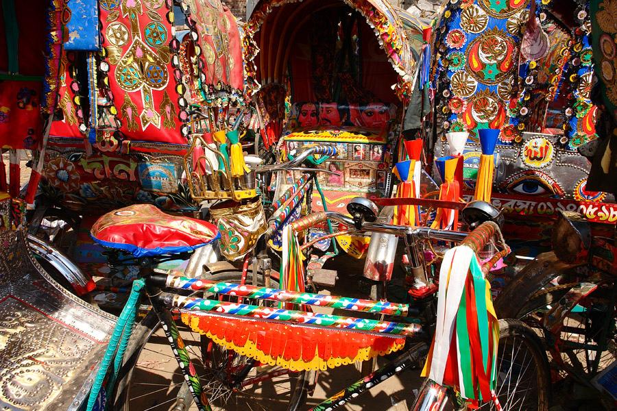 Но вернемся к рикшам в Бангладеше. Каждый сантиметр рикш здесь ярко разукрашен . Откуда взялась