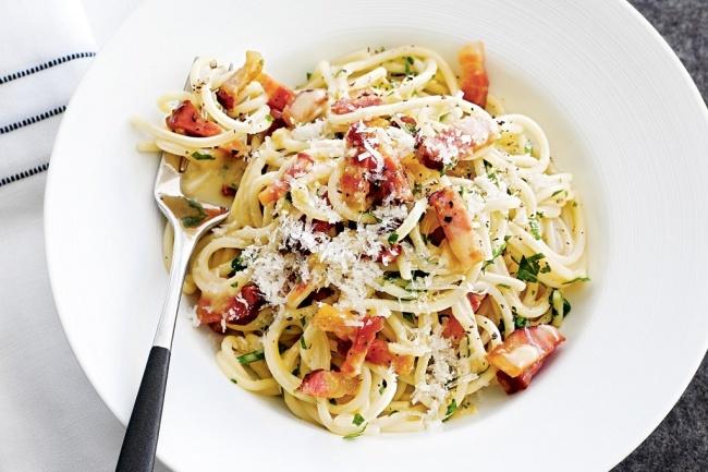 Ингредиенты: 350г сырокопченой ветчины или бекона 400г спагетти 2ст.л. оливкового масла 4яичных