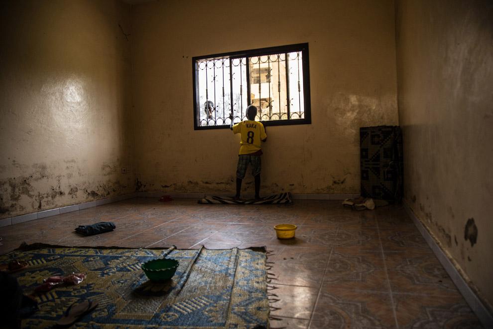 9. Немного цветов в сером мире. Кораническая церемония среди учениц в Сали, Сенегал.