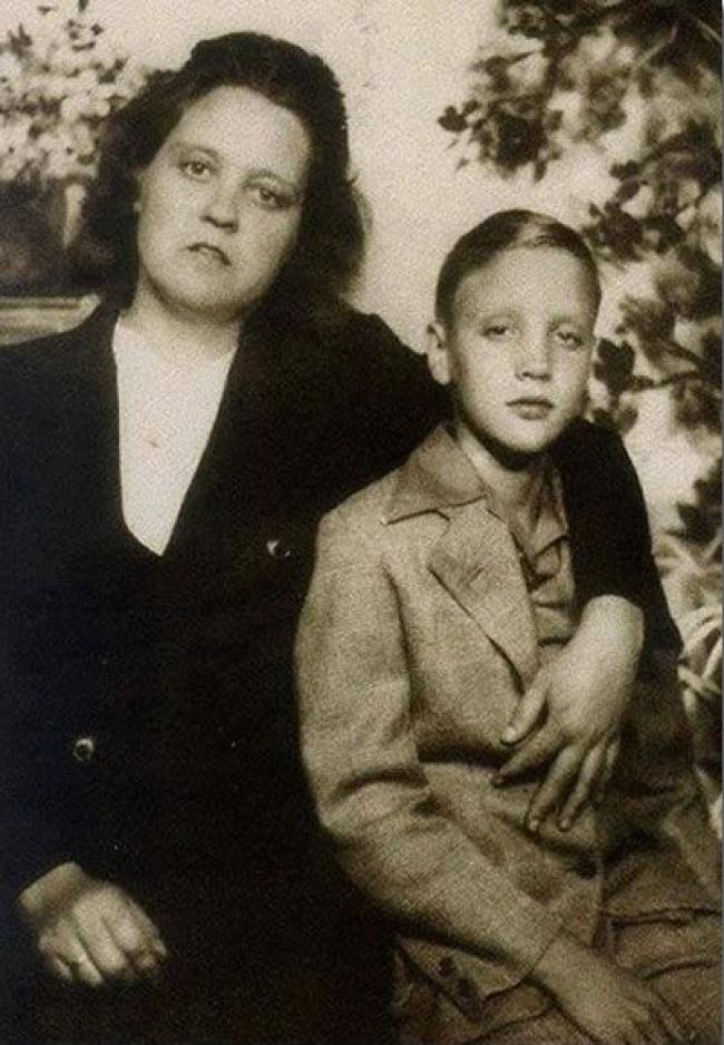 Элвис Пресли иего мама Глэдис.