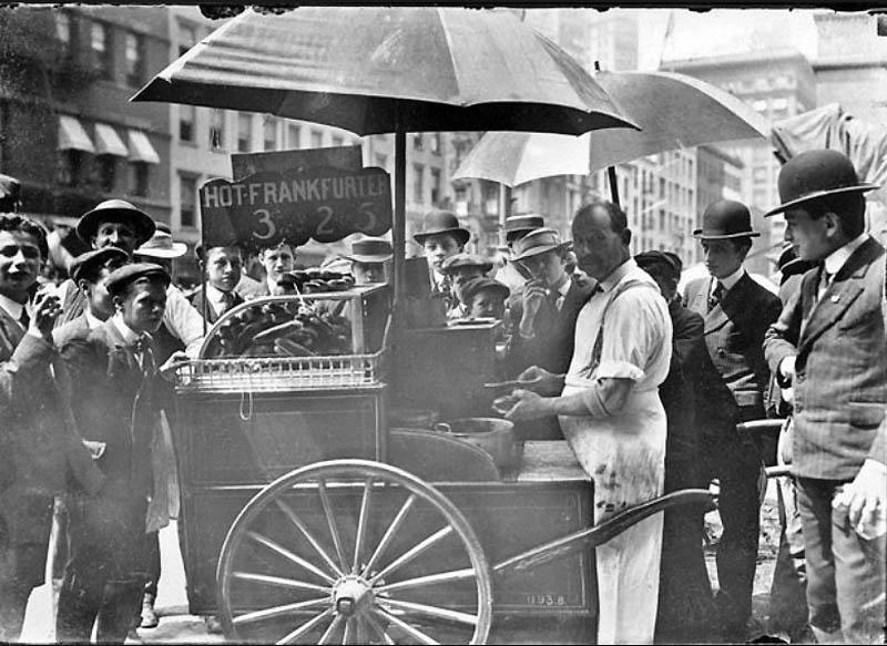 2. Продавец хот-догов на улице Нью-Йорка, приблизительно 1910 год. Цена хот-дога составляла 3 цента,