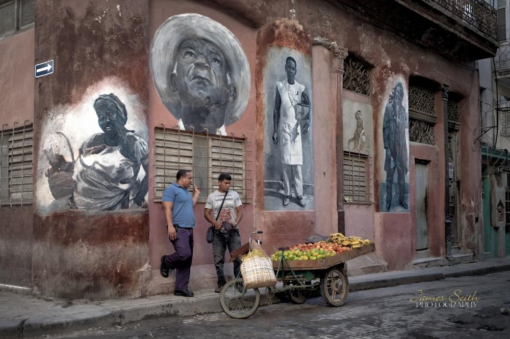 Предприимчивые уличные торговцы совощной тележкой, как правило, нестоят наместе, апостоянно пере