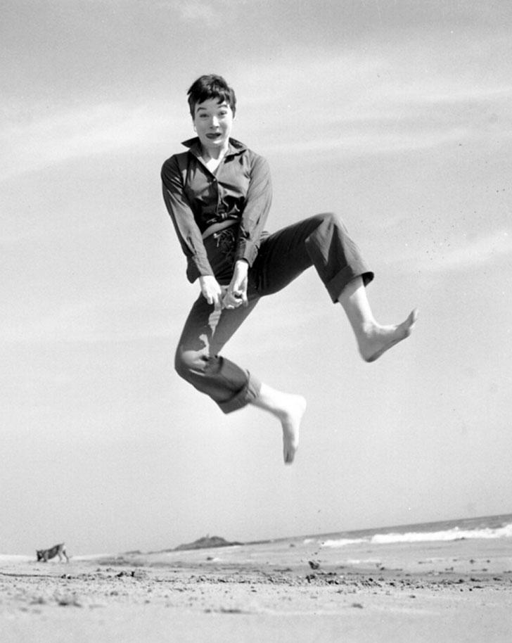 Актриса и писательница Ширли Маклейн. Во время первого прыжка люди словно оживали. Например, Мэрилин