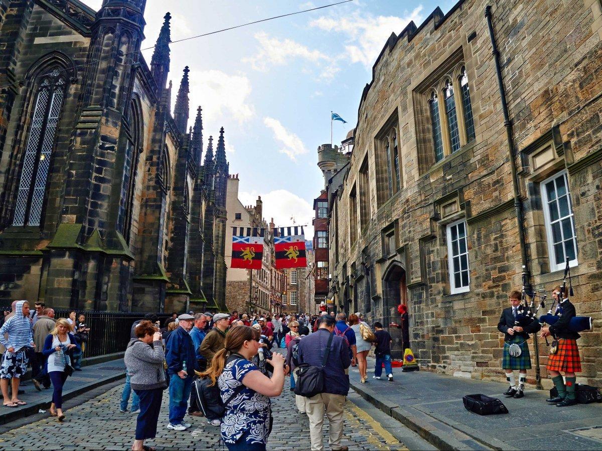 8. Обычное явление для жителей Эдинбурга — музыканты, играющие на волынках.