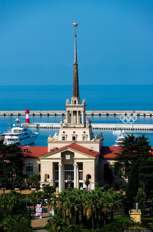 5. Здание морского вокзала в Сочи — один из самых узнаваемых символов города. В нём воплотилось