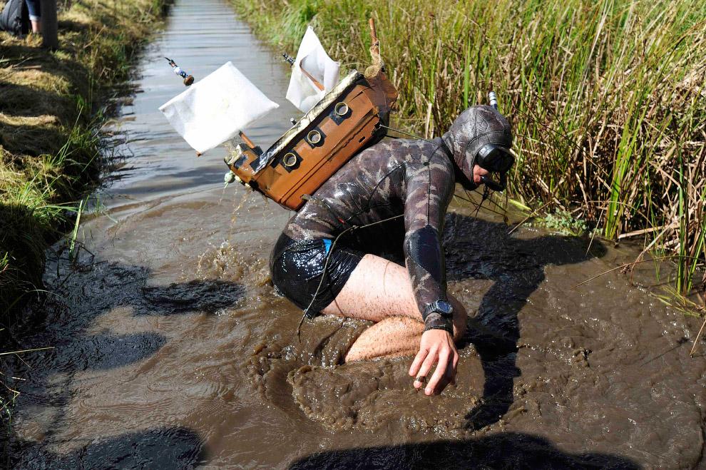 Во время преодоления болота экстремалы надевают маску и ласты. По сути, они могут плыть лишь по