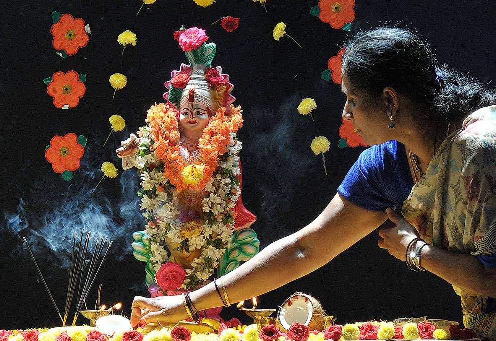 14. В эти дни все ремесленники заняты изготовлением фигур Кришны. Это мастерская в Калькутте. (