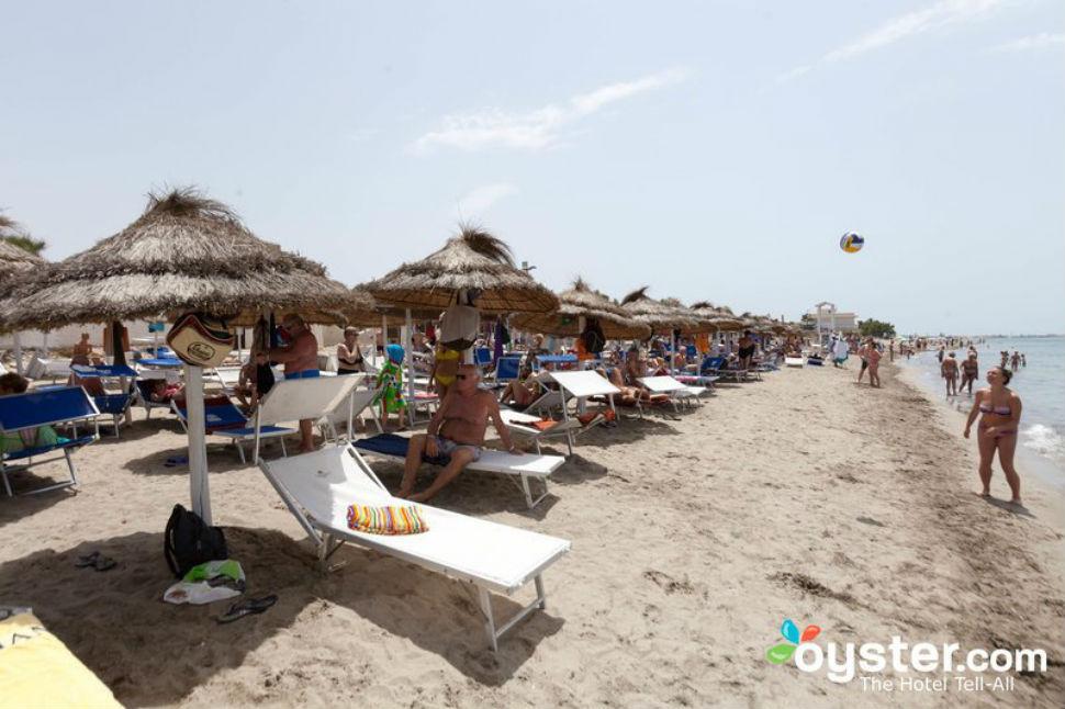 Реальность — на пляже люди чуть ли не по головам друг у друга ходят.