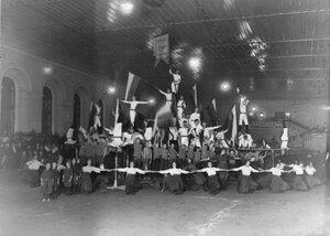 Группа спортсменов гимнастического общества Пальма выполняющих Пирамиду в спортивном зале