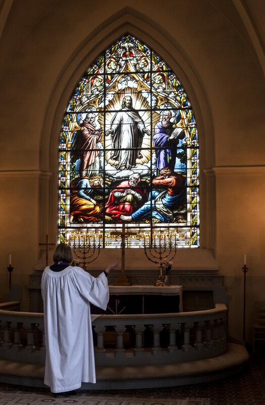 Tjänstgörande präst framför koret. Röke kyrka