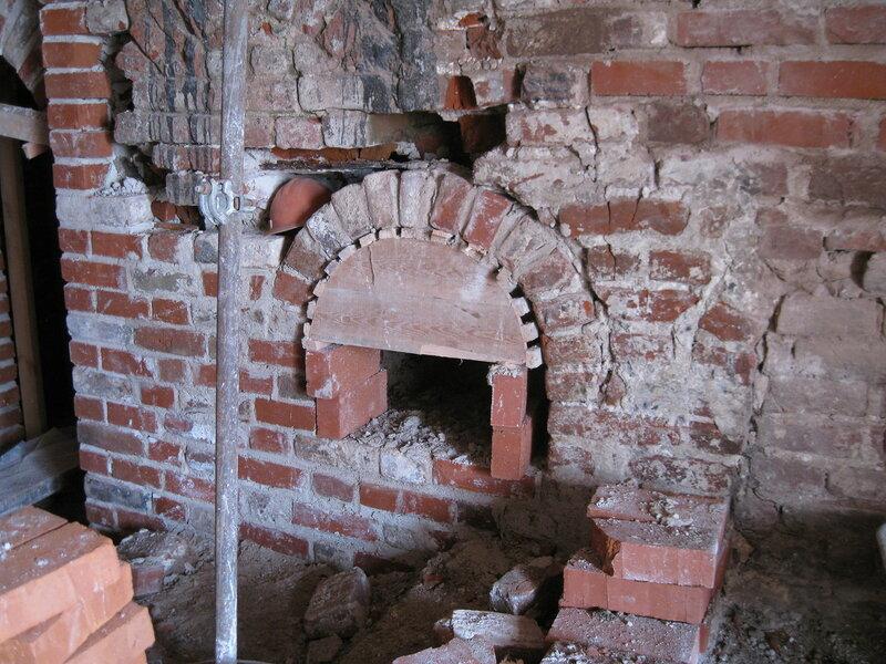 3. При реставрации печуры использовали старый подлинный кирпич. Поваренный корпус 1570-х гг