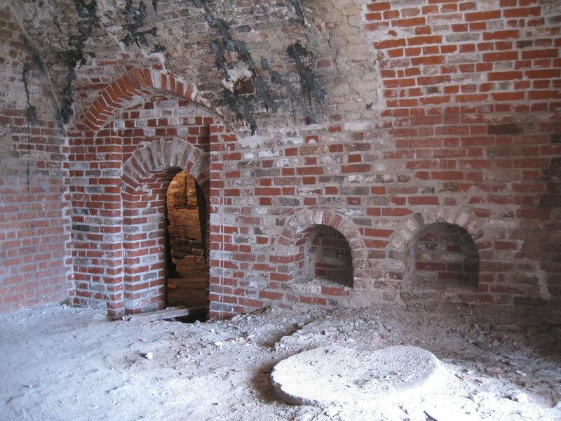 6. Вид на южную стену палаты после реставрации. Поваренный корпус 1570-х гг
