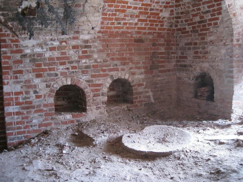 7. Восстановленные внутристенные ниши-печуры. Поваренный корпус 1570-х гг