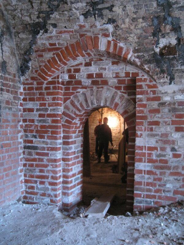 8. В южной стене был воссоздан в древних формах дверной проём. Поваренный корпус 1570-х гг