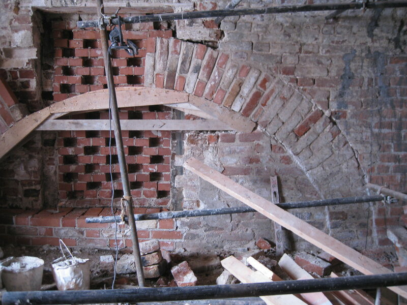 9. Процесс реставрации разгрузочной арки. Поваренный корпус 1570-х гг
