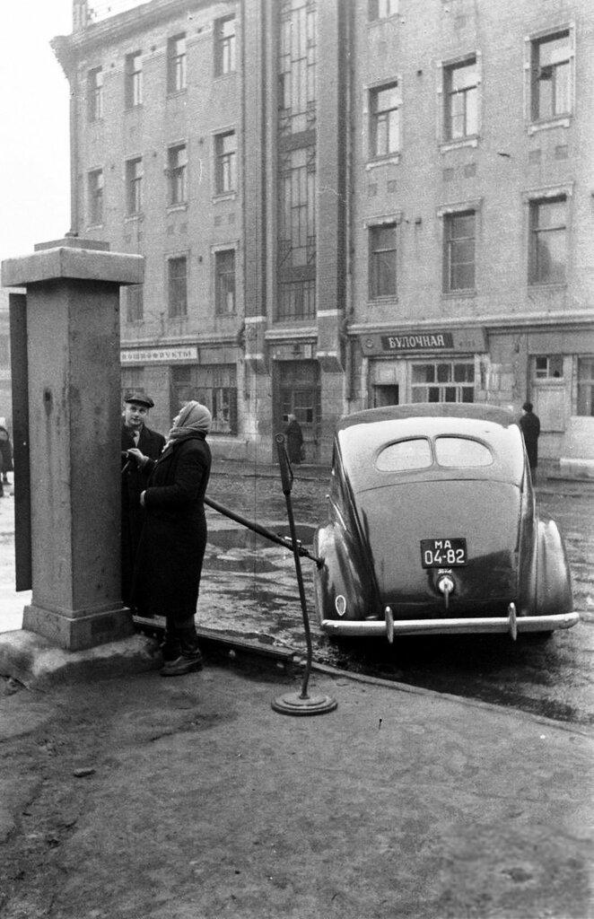 19255 Бензоколонка на Плющихе, у дома №44-2 Thomas Mcavoy Архив журнала LIFE.jpg
