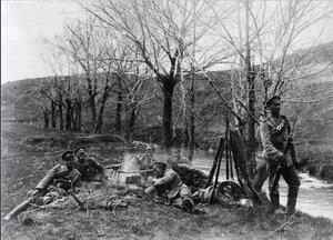 1915. На отдыхе у костра