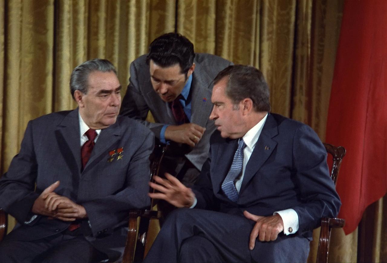 Леонид Ильич Брежнев (слева) и Ричард Никсон (справа)