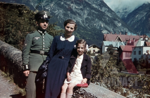 stock-photo-mountain-trooper-with-wife-and-daughter-in-landeck-austria-1941-11342.jpg
