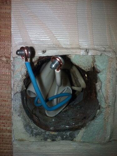 Срочный вызов электрика аварийной службы в квартиру из-за отгорания шлейфа между розетками комнаты и кухни