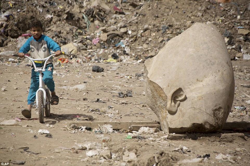 Внушительные статуи фараона можно также увидеть в Люксоре и в Абу-Симбеле, недалеко от Судана.