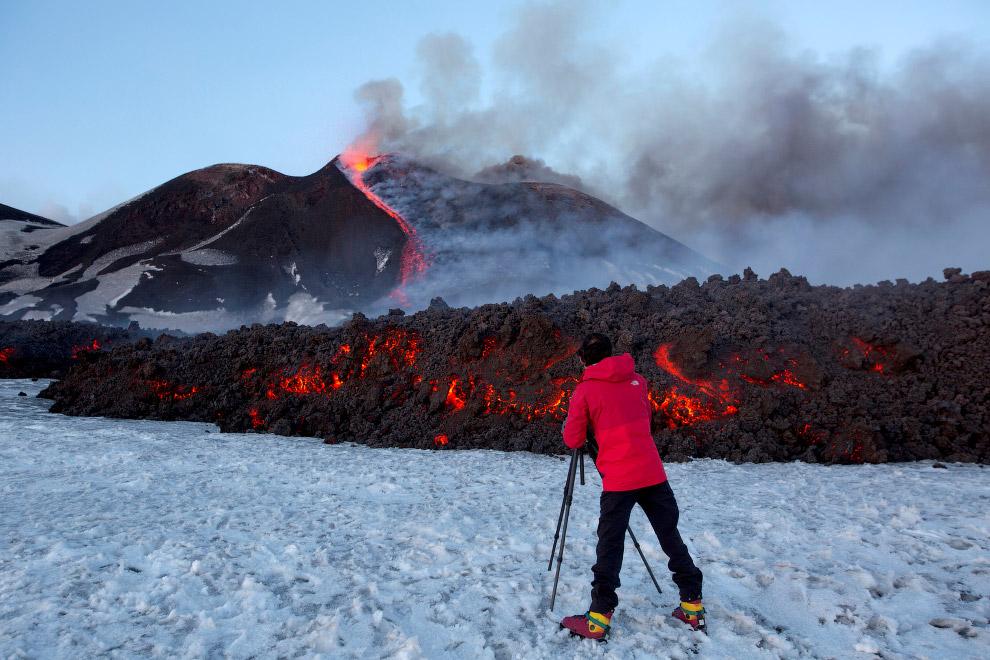 3. Вулканологи зафиксировали извержение лавы из нового юго-восточного кратера знаменитого вулка