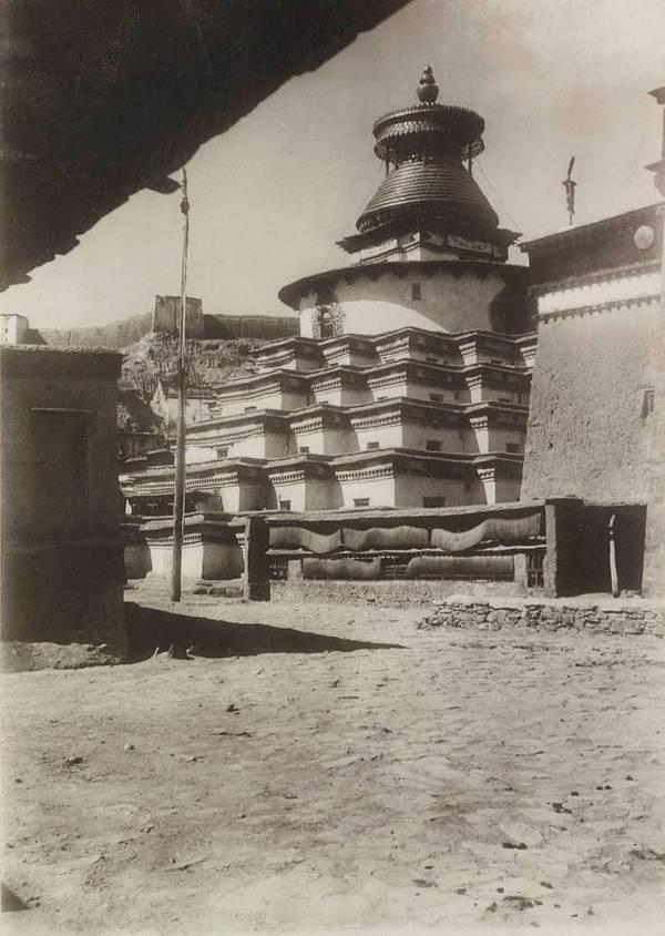 Эти снимки, первые фотографические изображения Тибета