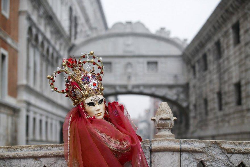 13. Ну и конечно же, традиционный символ ежегодного карнавала в Венеции — знаменитая венецианская ма