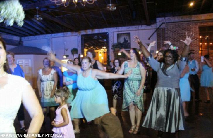 Дама в голубом точно поймает букет невесты.
