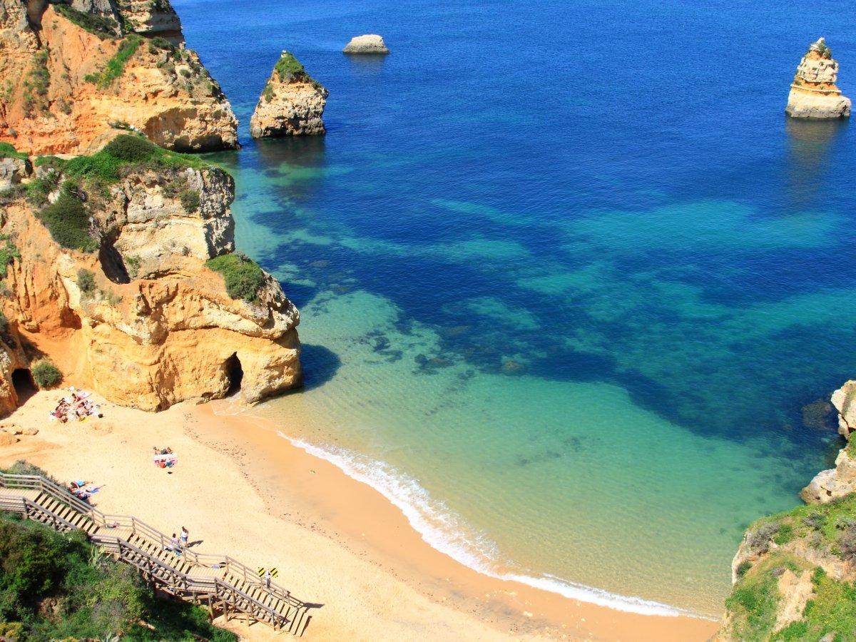 Город Лагуш располагается на южной оконечности Португалии, он известен своими открыточными пляжами и