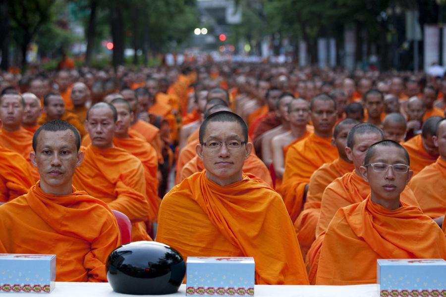 Буддийские монахи в преддверии праздника Весак