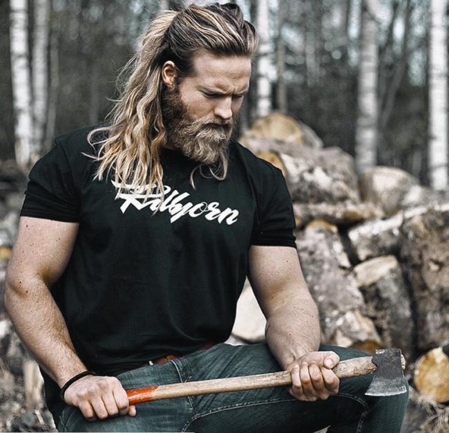 Сейчас все популярнее становятся борода идлинные волосы, собранные намакушке. Этот тренд такой мощ