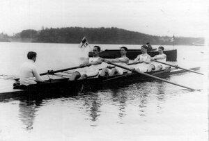 Члены гребного кружка в лодке