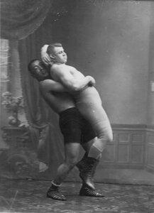 Участники чемпионата во время борьбы К.Поспешил (справа) и Муханура.