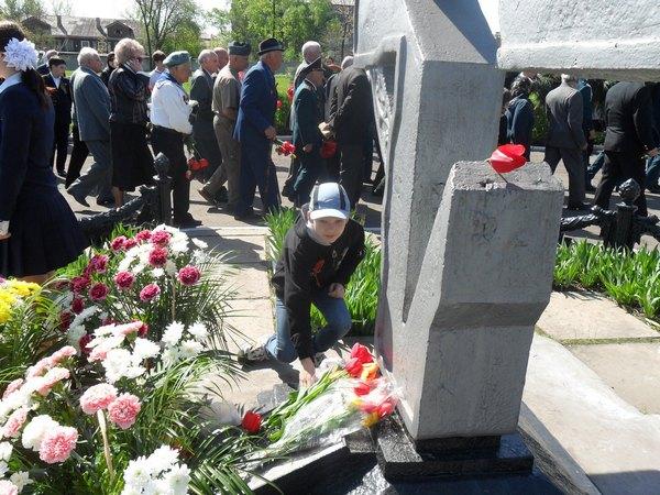 Возложение  цветов к могиле погибших воинов освобождавших Алчевск