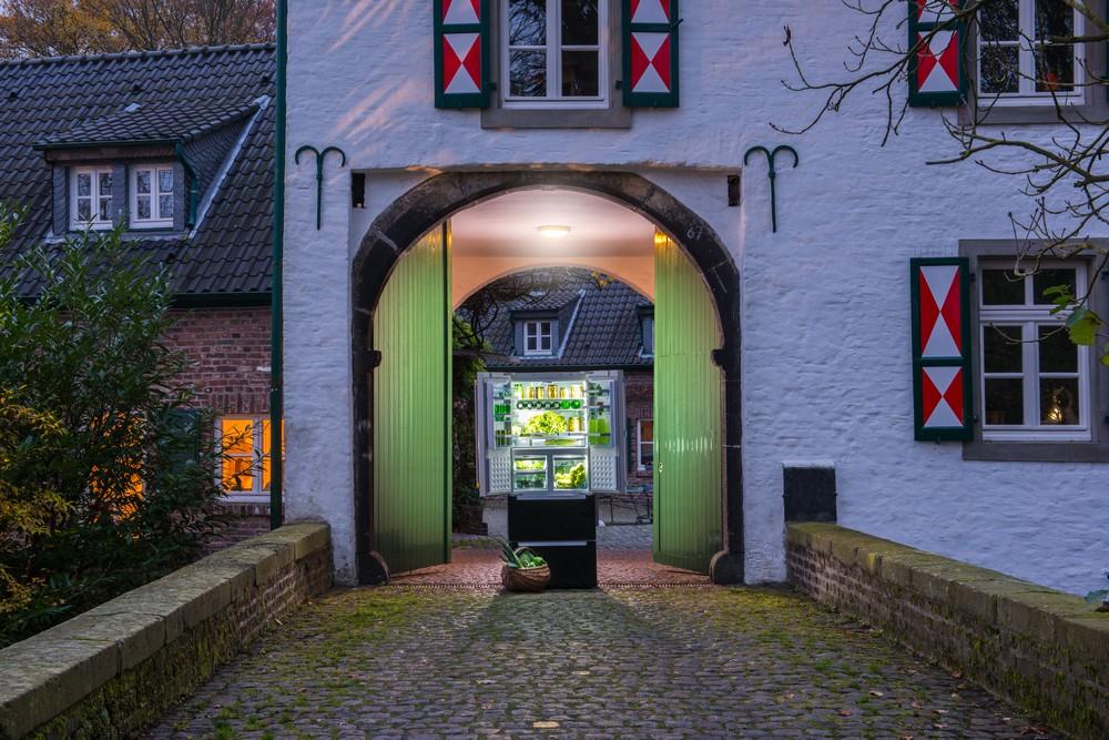 Холодильник Bosch в воротах замка Изенбург