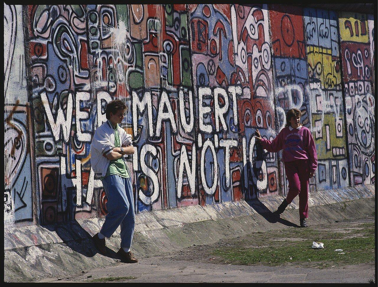 Западный Берлин. Потсдамская площадь. Подростки позируют возле раскрашенной стены