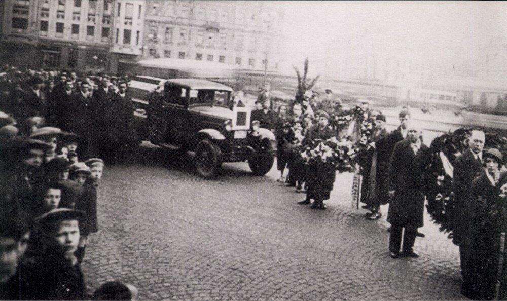1935. Прибытие похоронной процессии на Московский вокзал в Ленинграде. 18 мая