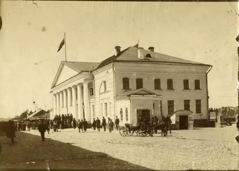 Здание старой биржи на Волжской набережной