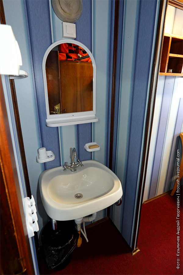 Двухместная двухъярусная каюта №15 на средней палубе с умывальником. Категория каюты Б2/2. Теплоход «Башкортостан»