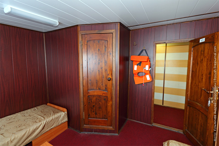 Двухместная одноярусная каюта увеличенной площади №45 на главной палубе с удобствами (умывальник, душ, туалет). Категория каюты А2+(II). В этой каюте два обзорных окна, двуспальная и односпальная кровати. Теплоход «Башкортостан»