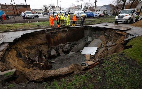 Самые необычные и огромные ямы на дорогах во всем мире 0 12cf85 a9c26ee orig