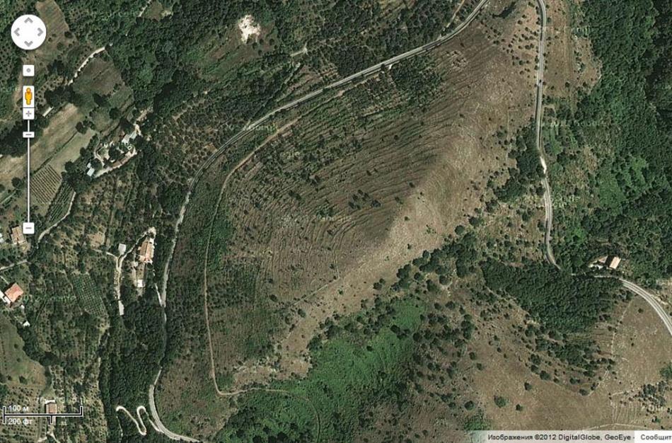Нонаснимке, сделанном соспутника, видно, что гора неимеет никакого сходства спирамидой.