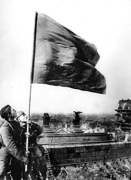 5-М.В. Кантария и М.А. Егоров с одним из штурмовых флагов, водружённых над рейхстагом. Сфотографировано 1 мая 1945.jpg