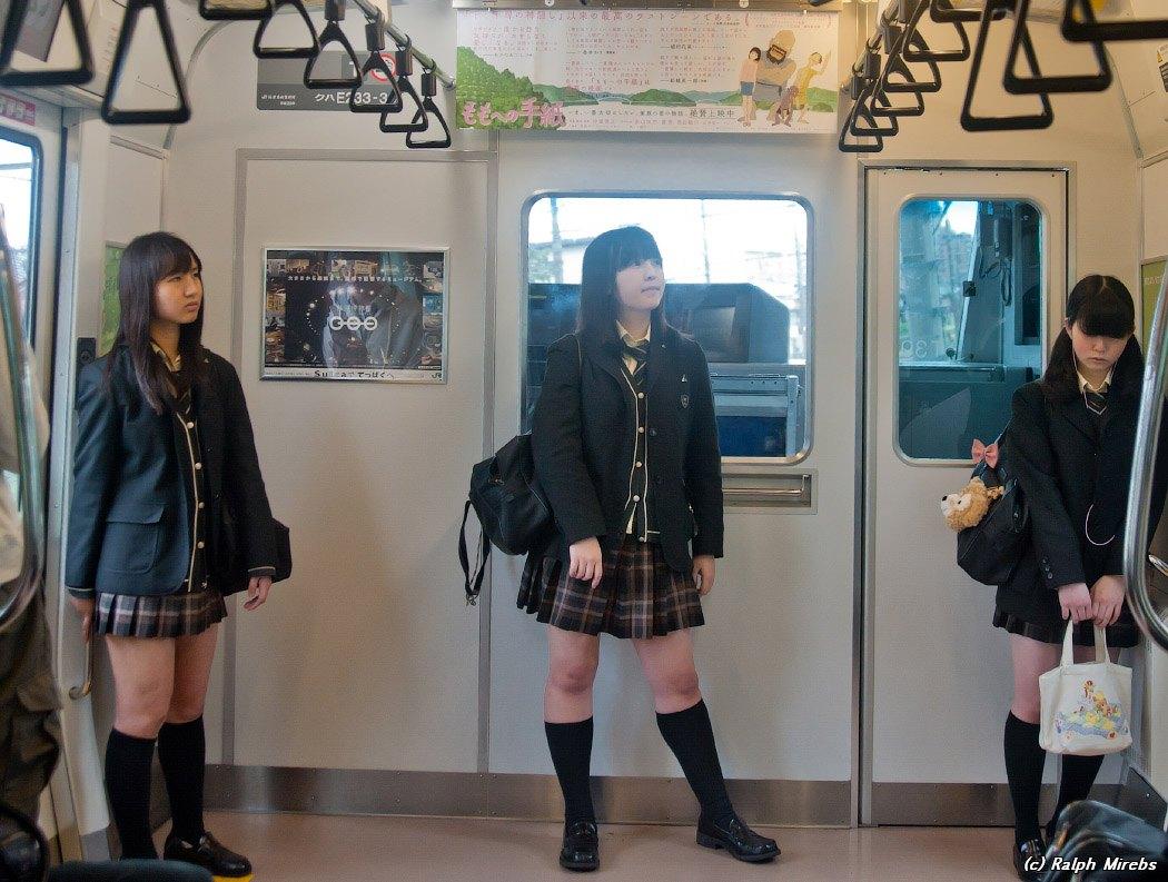 Порно с японскими школьницами в юбках
