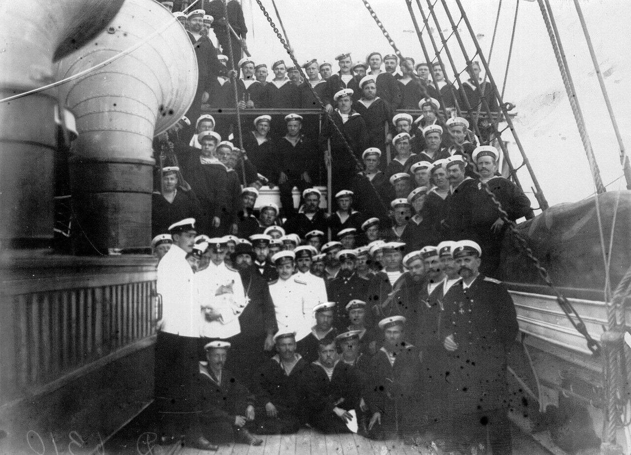 13. Император Николай II в группе моряков на палубе судна.  1909