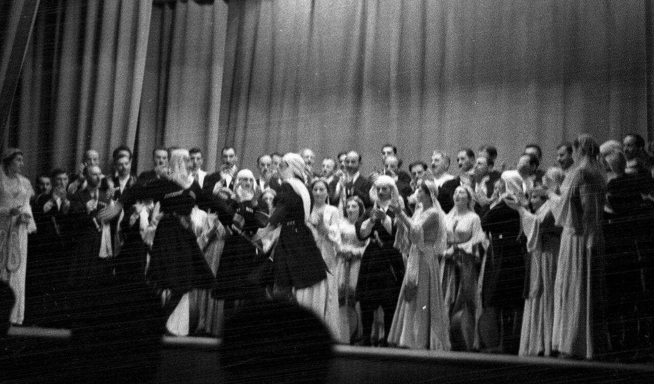 35. Группа актеров в театре