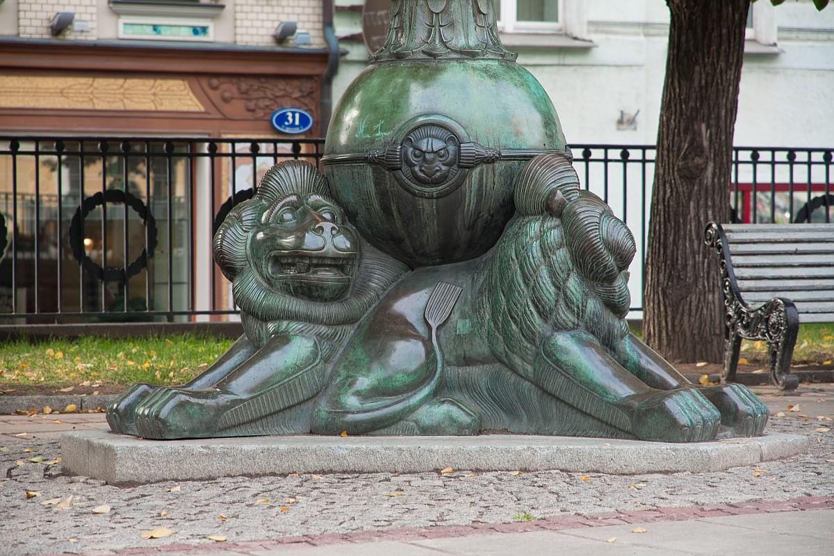 Основание одного из 4-х светильников установленных по углам площадки памятника Н.В. Гоголю