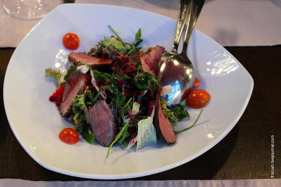 Микс-салат с утиной грудкой и брусничным соусом